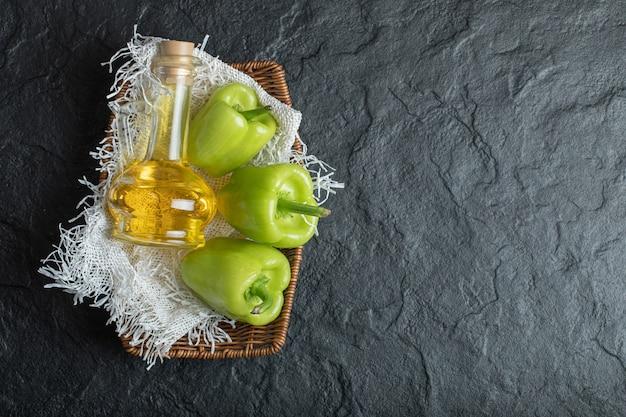 Peperoni dolci verdi freschi sul nero.