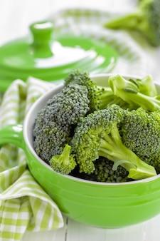 ボウルに新鮮な緑のブロッコリー