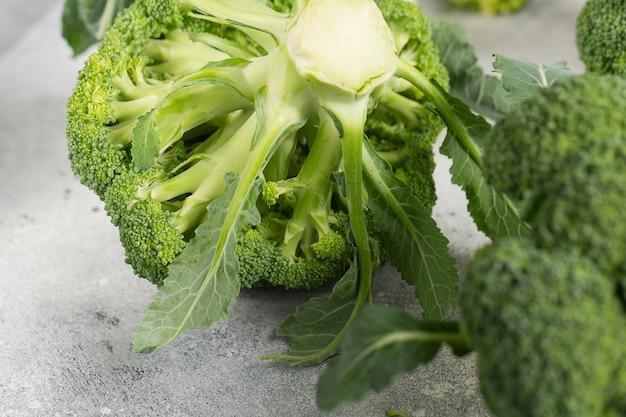 ライトグレーのテーブルに新鮮な緑のブロッコリー