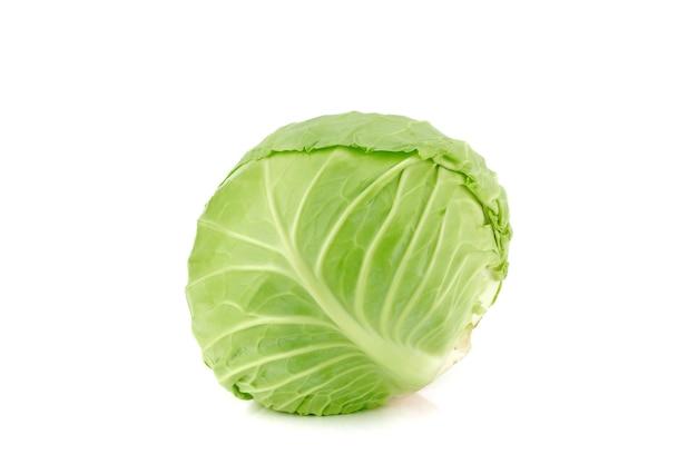 흰색 배경에 고립 된 신선한 녹색 양배추