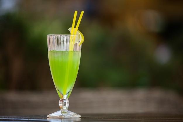 バーで新鮮なグリーンカクテル。アルコール飲料(閉じる)