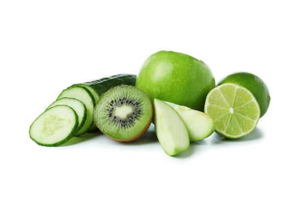 Свежие зеленые продукты, изолированные на белом фоне