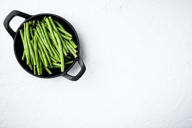 주철 프라이팬에 신선한 녹색 프랑스 콩 세트
