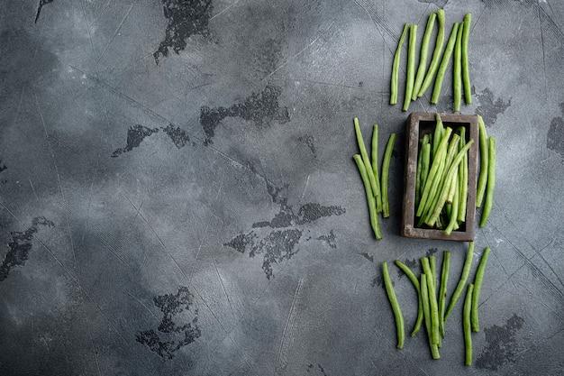 회색 돌에 나무 상자에 신선한 녹색 프랑스 콩 세트