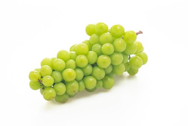 白い背景で隔離の新鮮な緑のブドウ