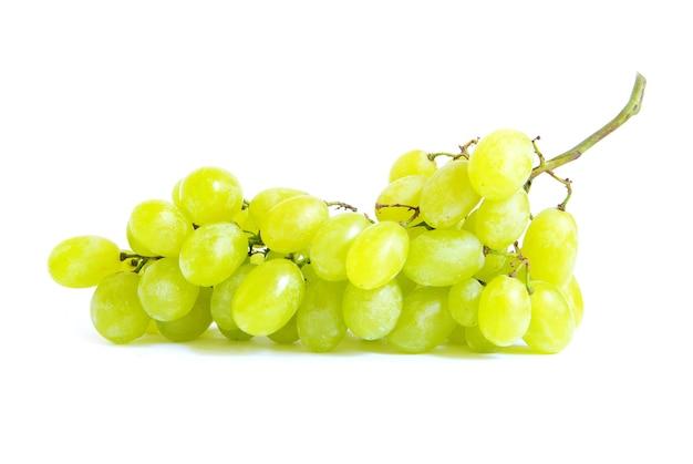 Свежий зеленый виноград на белом фоне