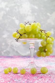 新鮮な緑のブドウ全体の酸味とおいしい果物を光で