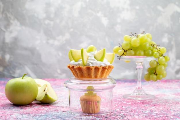 Uva verde fresca intera frutta acida e deliziosa con piccola torta sulla luce