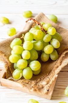 新鮮な緑のブドウ