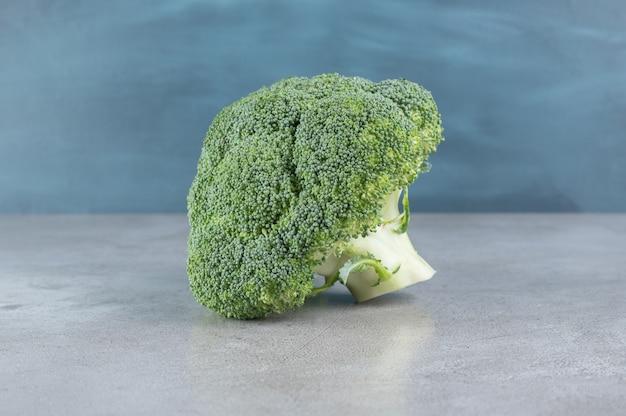 灰色の背景に分離された新鮮な緑の健康なブロッコリー。高品質の写真