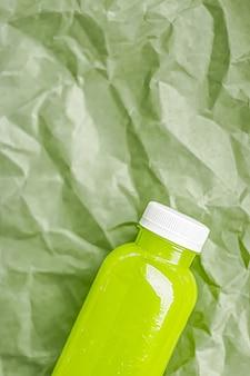 Свежий зеленый сок в экологически чистых пластиковых бутылках, пригодных для вторичной переработки, и упаковка полезных напитков и пищевых продуктов ...