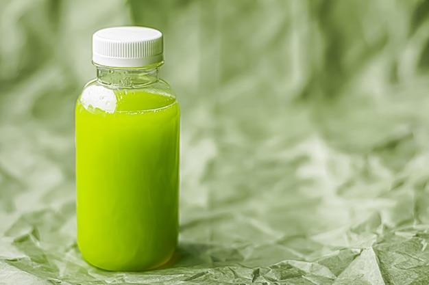 環境にやさしいリサイクル可能なペットボトルに入った新鮮な青汁と、健康的な飲み物や食品のパッケージ...