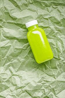 Свежий зеленый сок в экологически чистых пластиковых бутылках, пригодных для вторичной переработки, и упаковка, концепция здоровых напитков и пищевых продуктов