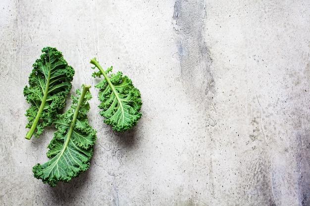 신선한 녹색 양배추 샐러드 흰색 대리석 바탕에 나뭇잎.