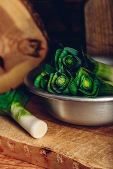 メタ素朴なボウルに新鮮なグリーンリーキ