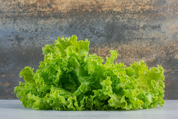 Lattuga verde fresca su fondo di marmo. foto di alta qualità