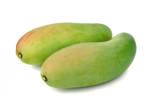 Свежие зеленые плоды манго, изолированные на белом фоне