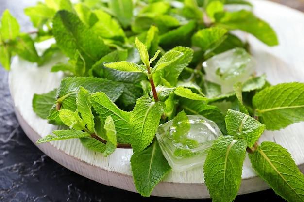 テーブルの上の新鮮な緑のミントと角氷