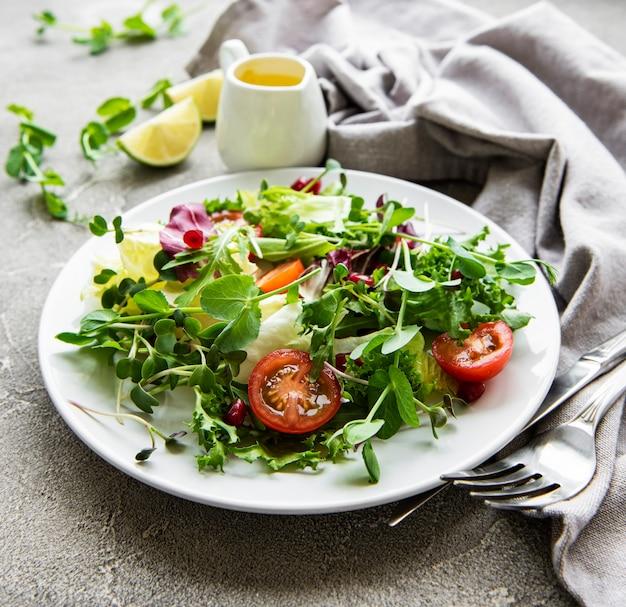 Свежий зеленый салатник с помидорами и микрозеленью