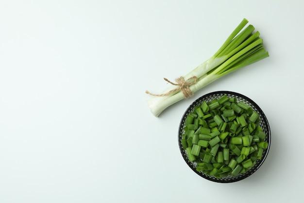 Свежий зеленый лук на белом