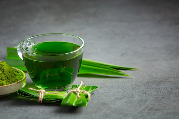 テーブルの上の新鮮な緑のパンダンの葉