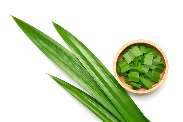 白で隔離される新鮮な緑のパンダンの葉