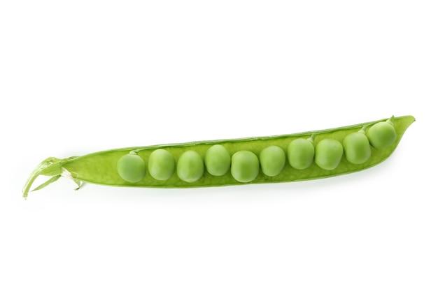 白い背景で隔離の新鮮な緑のエンドウ豆