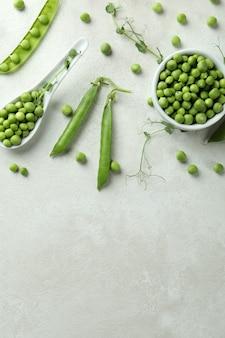 白い背景の上の新鮮な緑のエンドウ豆