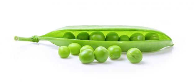 白い壁に豆と新鮮なグリーンピースの鞘
