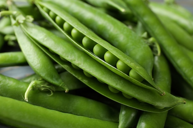 種子と新鮮なエンドウ豆の鞘、クローズアップ