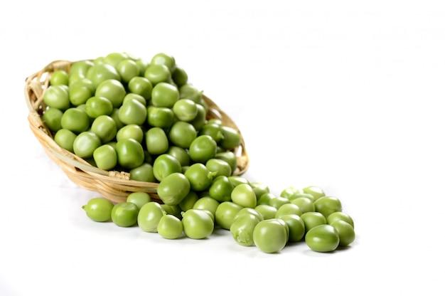 Свежий зеленый горошек в корзине