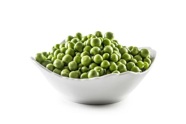 흰색 배경에 고립 된 흰색 그릇에 신선한 녹색 완두콩.