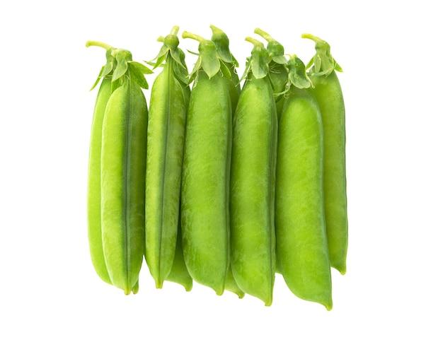 Свежий зеленый горошек, изолированные на белом.