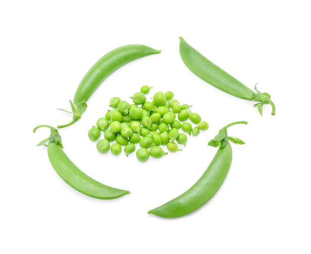 Свежий зеленый горошек, изолированные на белом фоне