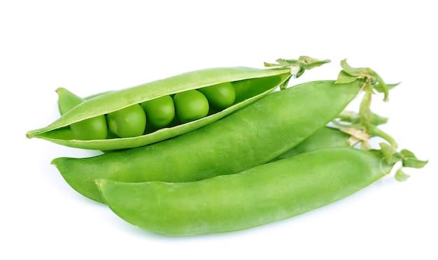 Свежий зеленый горошек на белом