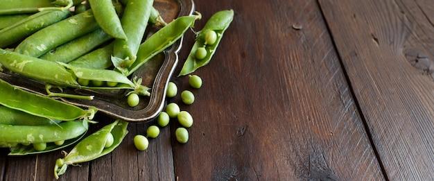 木製のテーブルでファーマーズマーケットからの新鮮な緑の鞘