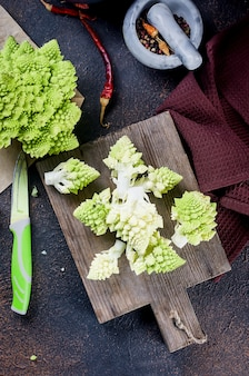 신선한 녹색 romanesco, 도마에 요리를위한 원시 유기농 양배추 준비