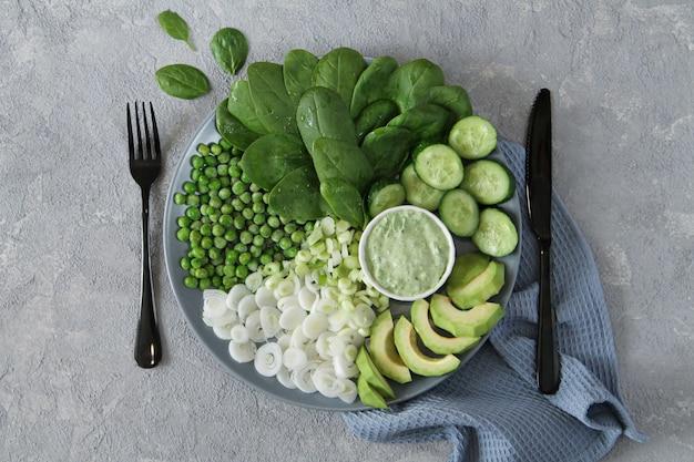 灰色の石のテーブルに新鮮なグリーンサラダ