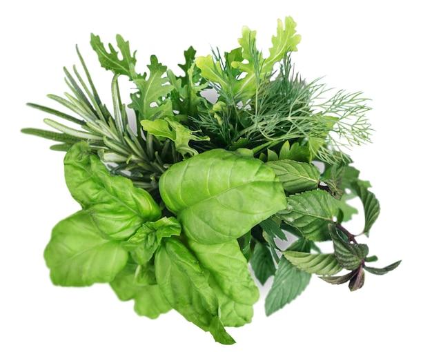 Свежий зеленый салат на белом фоне