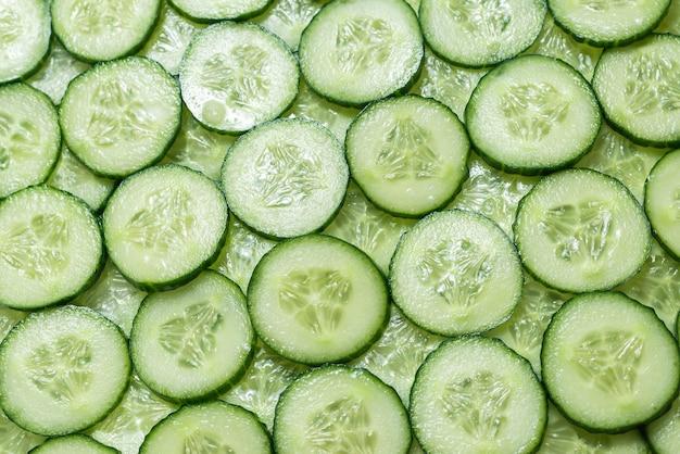 きゅうりの新鮮な緑のスライス