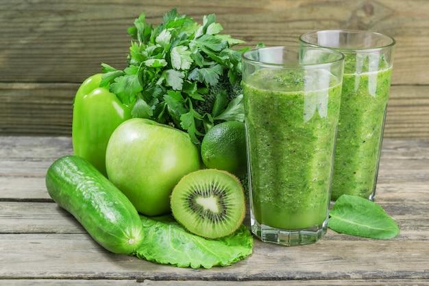 Свежий зеленый смузи из фруктов и овощей