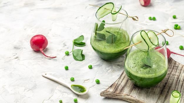 フレッシュグリーンスムージーグリーンフレッシュピース、キュウリ、ほうれん草、ライム。健康的なデトックスドリンク。
