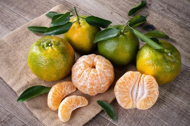 新鮮な葉を持つ新鮮な緑のみかんマンダリンオレンジ。