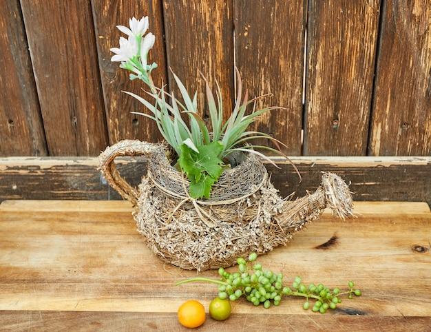 新鮮な緑の熟していないブドウ、木製の背景にみかん