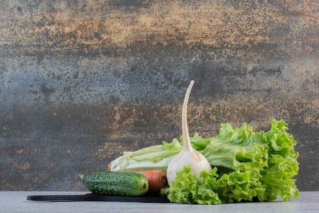黒板に新鮮な緑の野菜とニンジン。高品質の写真