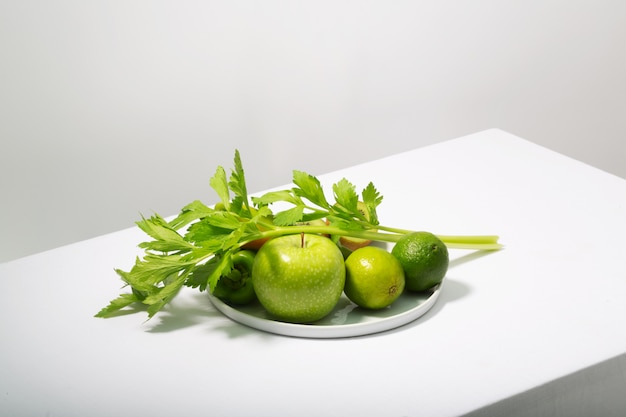 新鮮な緑の野菜と果物の白いテーブル。アルカリ食のコンセプト、水平方向