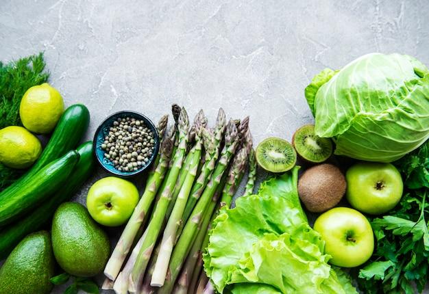 Свежие зеленые овощи и фрукты