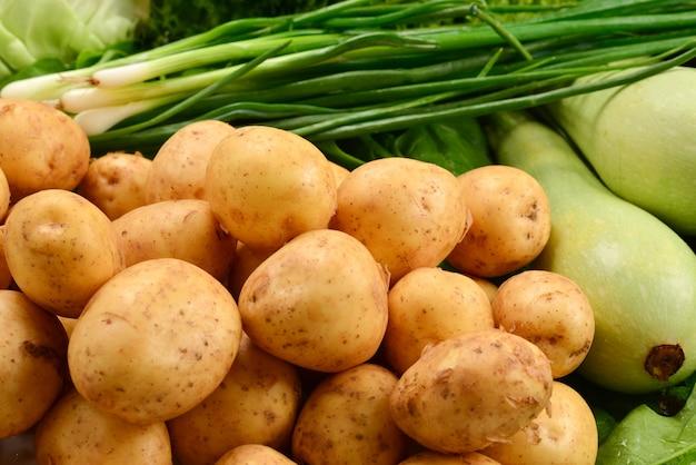 Свежие зеленые овощи и травы в качестве фона.