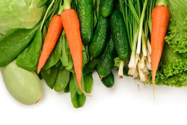 白い背景で隔離の新鮮な緑の野菜やハーブ。テキストやデザインのためのスペース。