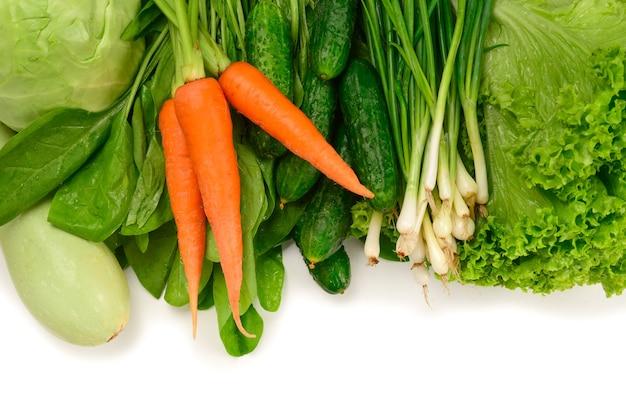 Свежие зеленые овощи и травы, изолированные на белом фоне. место для текста или дизайна.